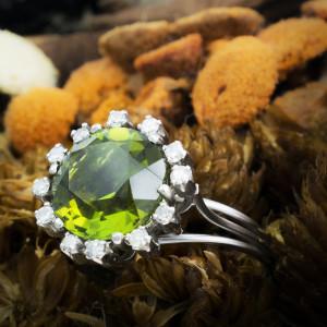 Anel em Platina, Turmalina Verde e Diamantes.